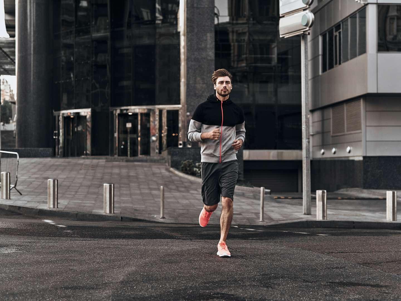 Mann ist beim Joggen in Bewegung
