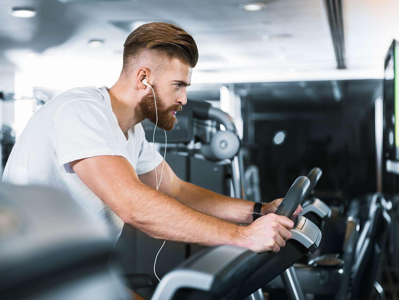 Sport im Fitnessstudio trotz HIV
