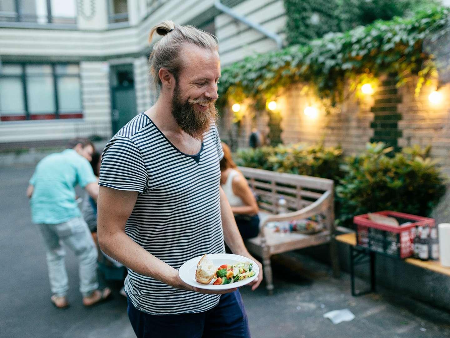 Mann im Innenhof mit Essen
